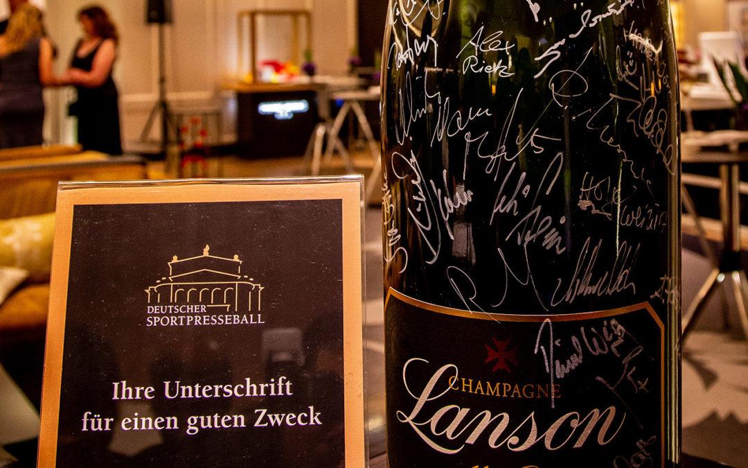 Um diese Flasche Champagner geht's bei der Verlosung zugunsten von Leberecht und um Karten für den Sportpresseball.