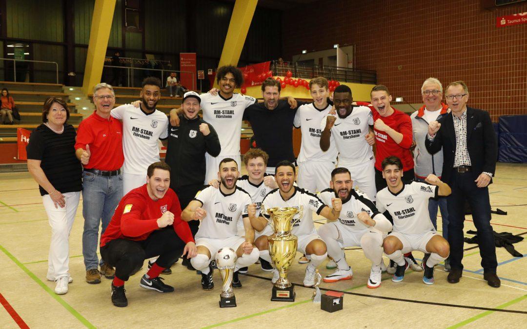 Mit Sponsoren und Organisatoren freut sich der Turniersieger: Der FC Eddersheim holt zum achten Mal den Offensiv-Cup. FOTO: MARCEL LORENZ
