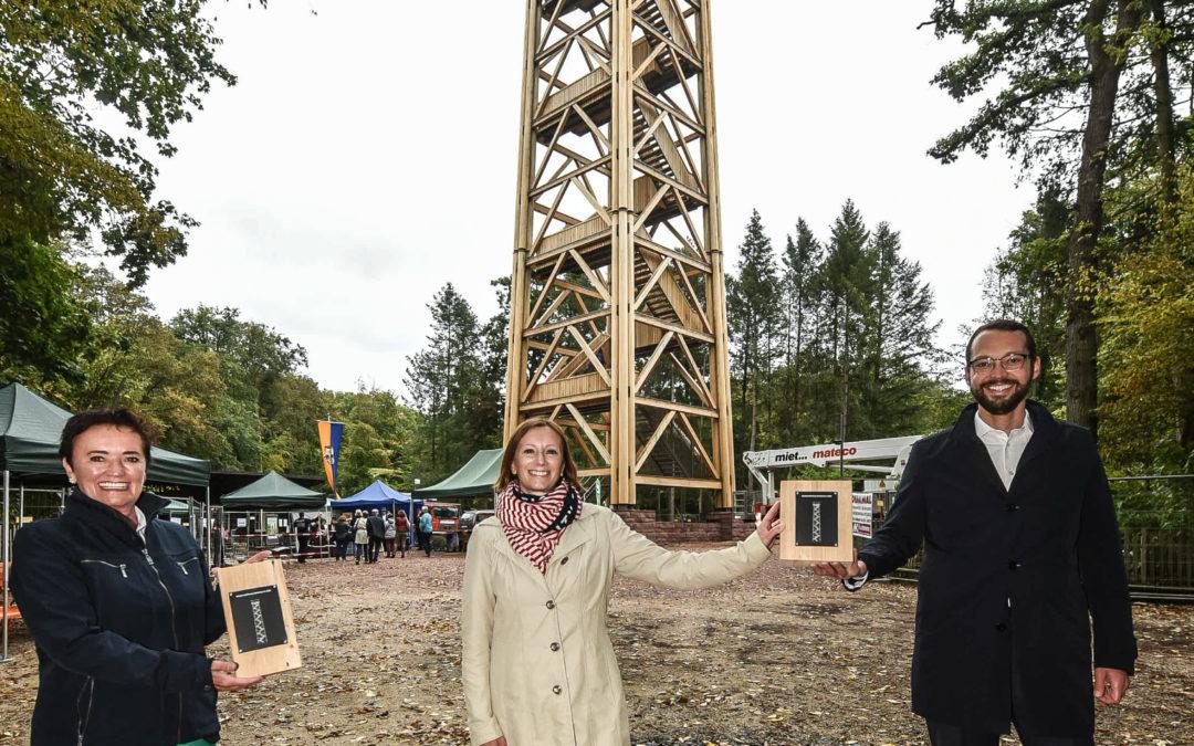 So sehen sie aus, unsere exklusiven Souvenirs aus dem Original-Holzbestand des wiederaufgebauten Goetheturms. Die Holzbaufirma Amann hat die Resthölzer zugunsten von Spenden an unsere Leberecht-Stiftung etwas aufbereitet und mit Plaketten versehen. Hier zeigt Leberecht-Geschäftsführerin Bianca Haag (Mitte) gemeinsam mit Rosemarie Heilig (Grüne, Umweltdezernentin) und Jan Schneider (CDU, Baudezernent), wie die exklusiven Souvenirs aussehen. Sie sind aus Edelkastanie. Foto: Michael Faust
